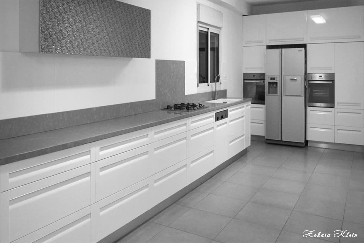 אחסון נרחב ושיש במטבח מודרני