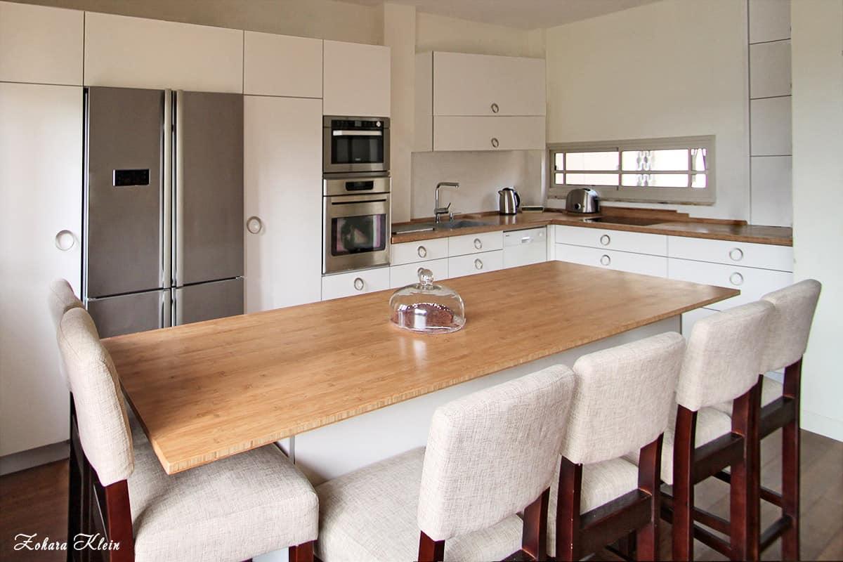 מטבח בצבע לבן בבית פרטי בהרצליה