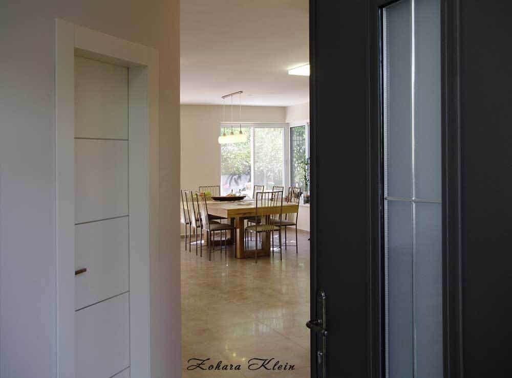 הצצה מפתיחת דלת הכניסה אל תוך הבית