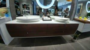 תצוגה של ארון אמבטיה מודרני בעיבוד קוריאן מיוחד משולב מגירות עץ מלא