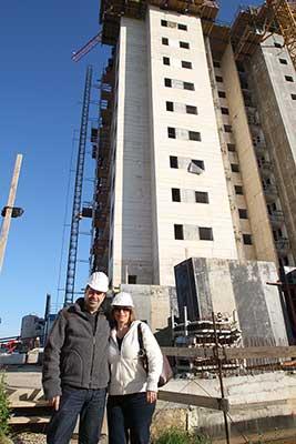לקוחות מרוצים ומחייכים בביקור בדירת קבלן בעת בניה