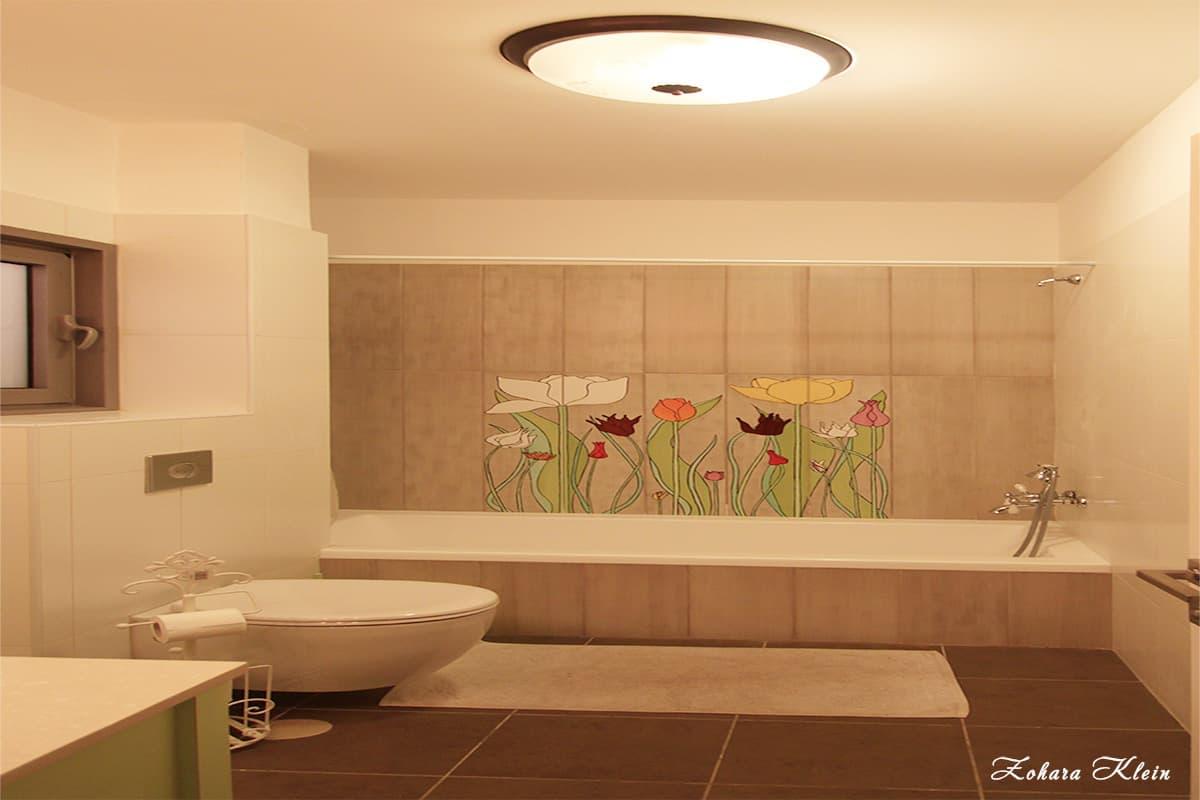 עיצוב חדר אמבטיה ילדים מעוטר בפרחים