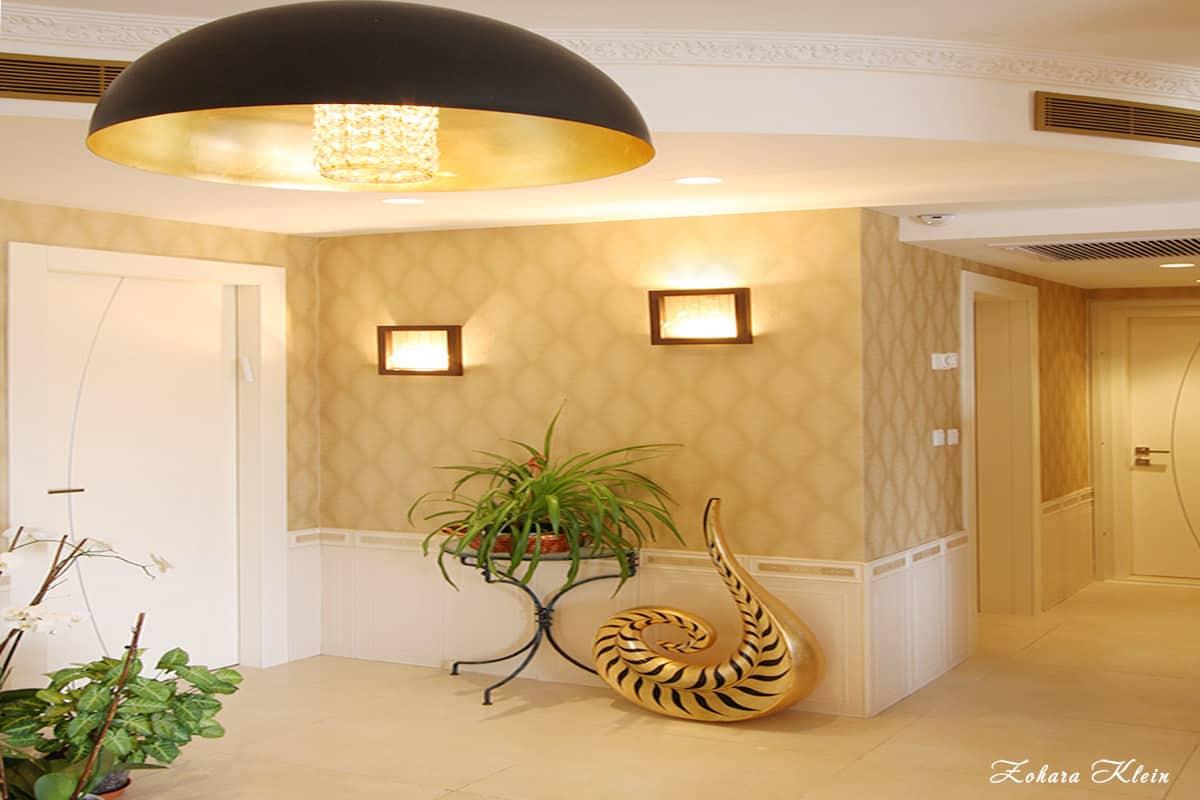 תאורה דרמטית בפינה חמה בדירת יוקרה
