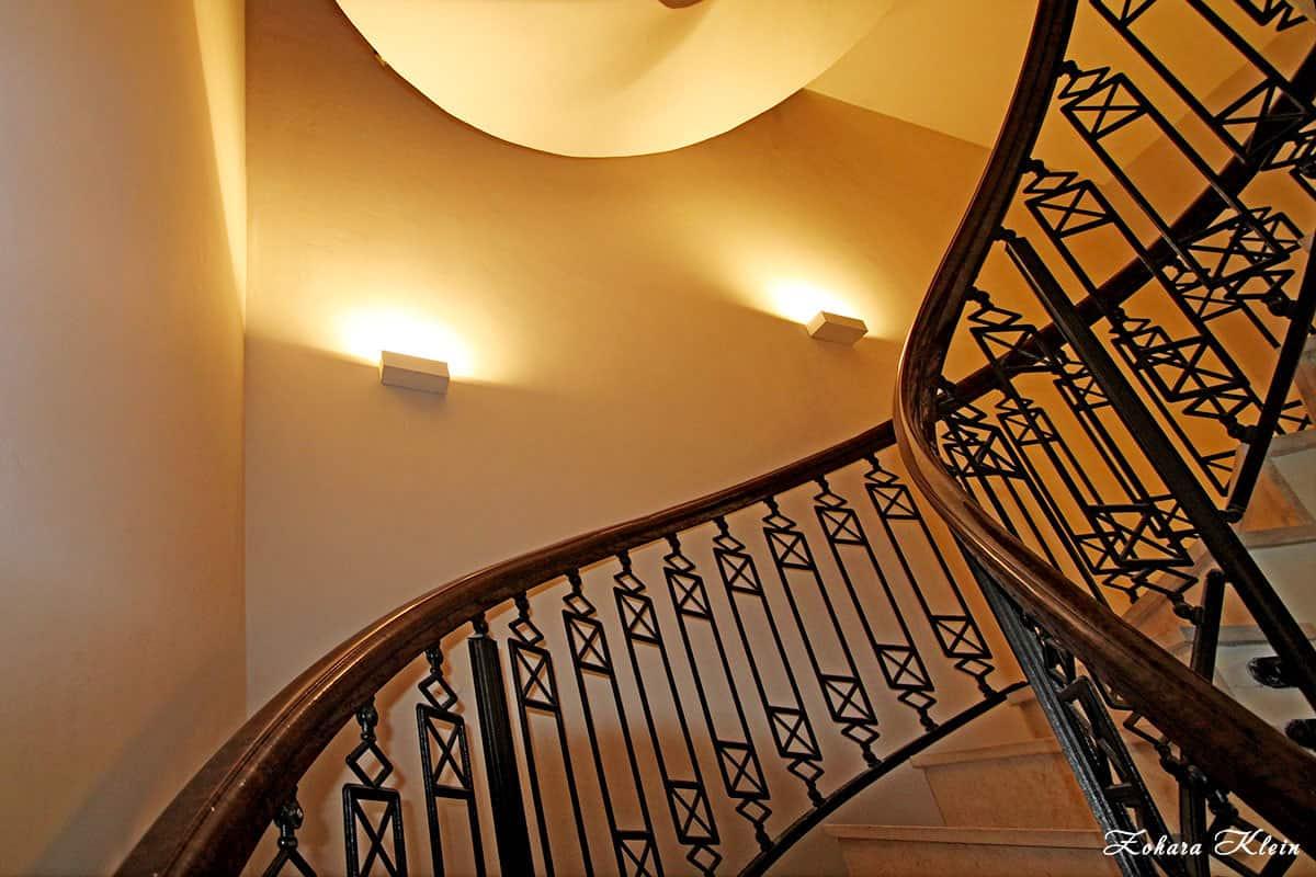 תאורה בחלל המדרגות בעיצוב בית פרטי יוקרתי בראשון לציון