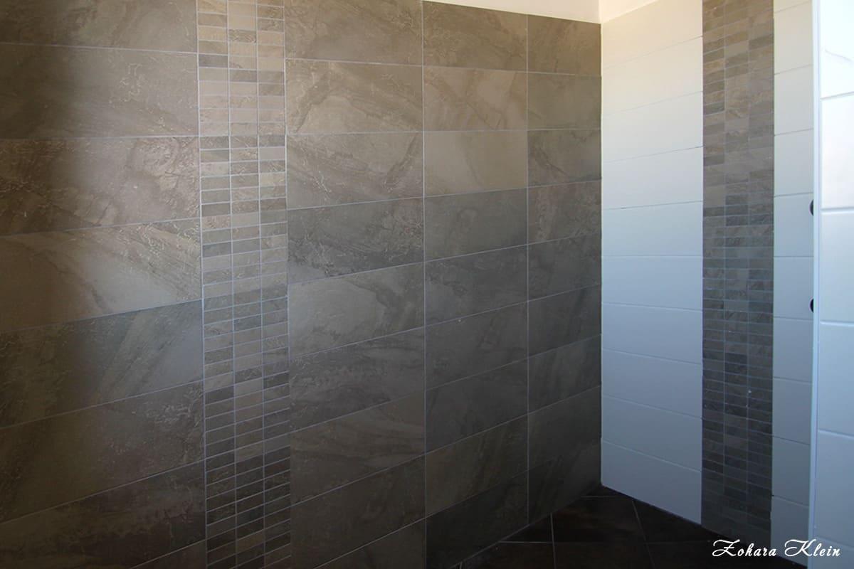 חיפוי קרמיקה באריחים דמוי אבן טבעית בחדר רחצה